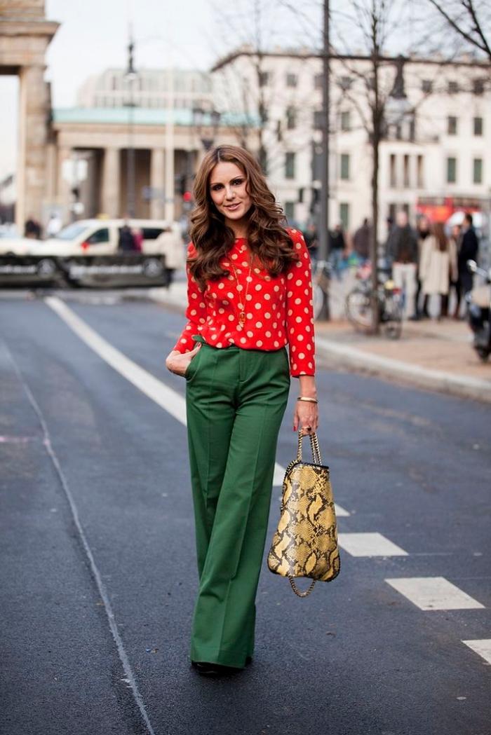 look aux vêtements complémentaires rouge et vert femme, pantalon loose vert avec chemise rouge et sac à main motifs serpent or