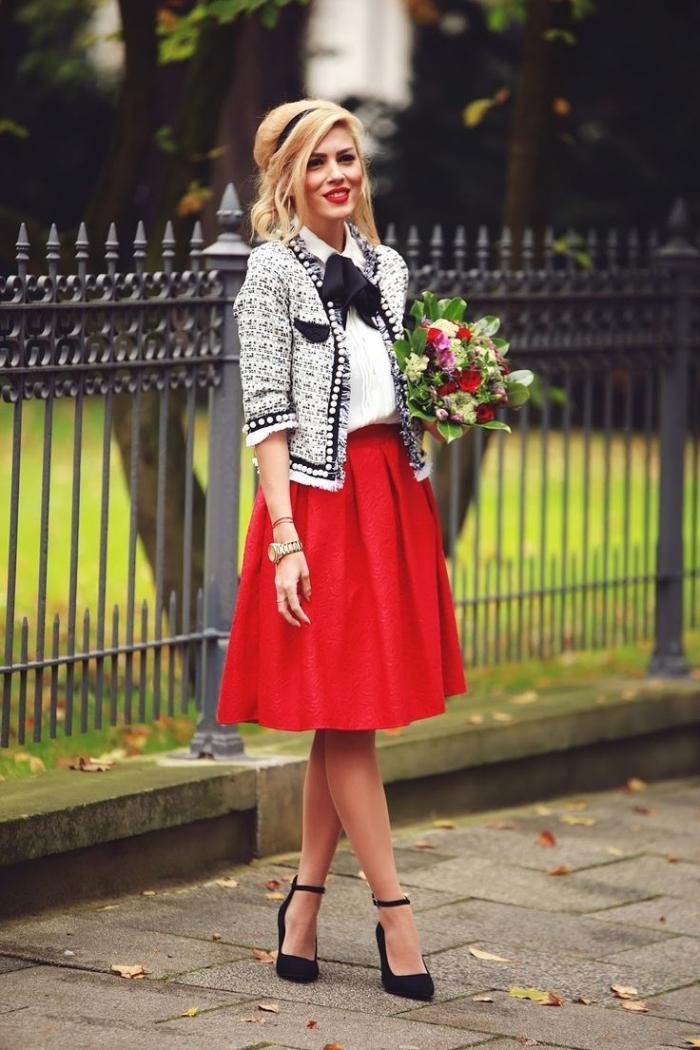 coiffure cheveux blonds avec volume sur le haut et mèches devant, jupe rouge avec chemise blanche