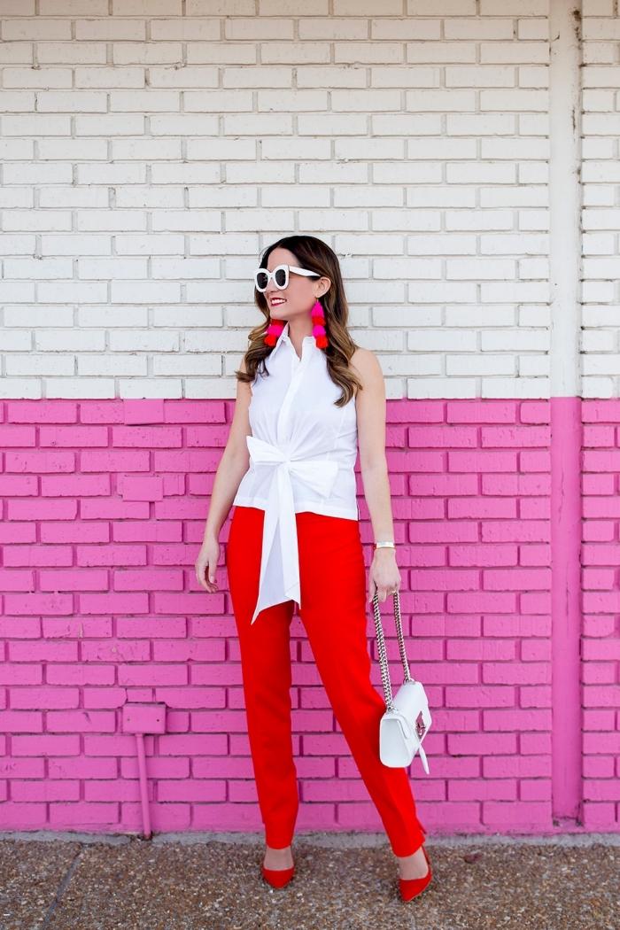 melange de couleur, pantalon femme rouge avec top sac à main et lunettes de soleil blancs, coupe de cheveux longs et bouclés femme