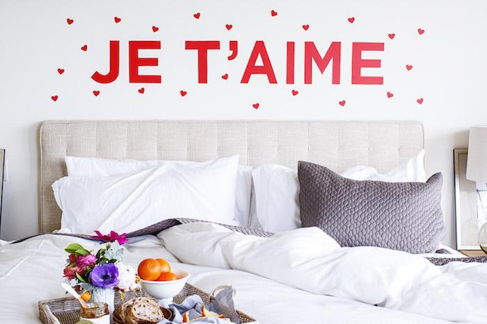 tete de li a faire soi meme, vinyle papier lettres adhesif et coeurs rouges, linge de lit gris et blanc, repas, déjeuner romantique saint valentin