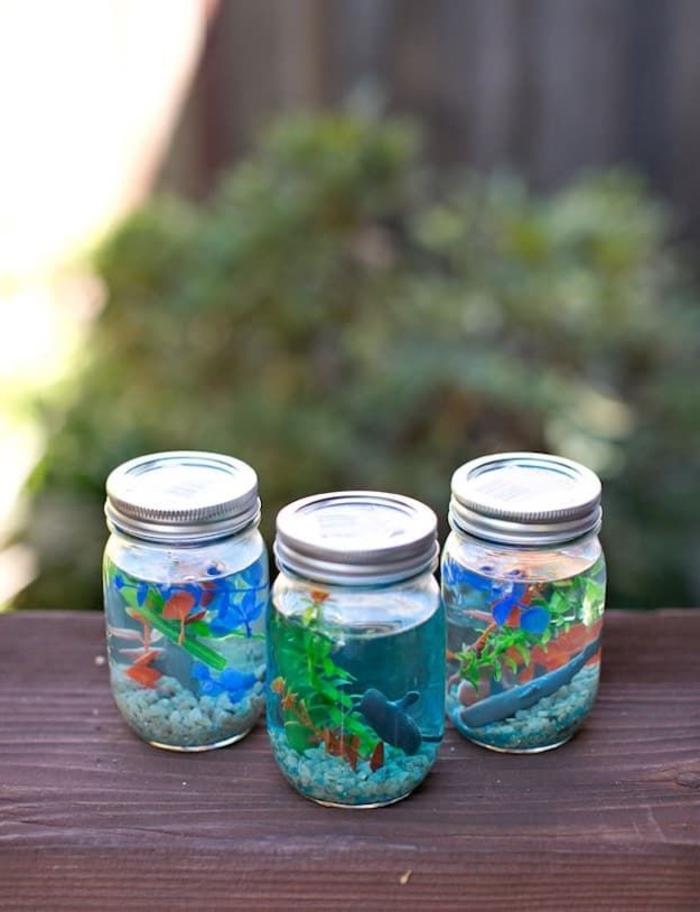 une activité manuelle primaire sur le thème de la mer avec des bocaux en verre recyclés transformés en petits aquariums