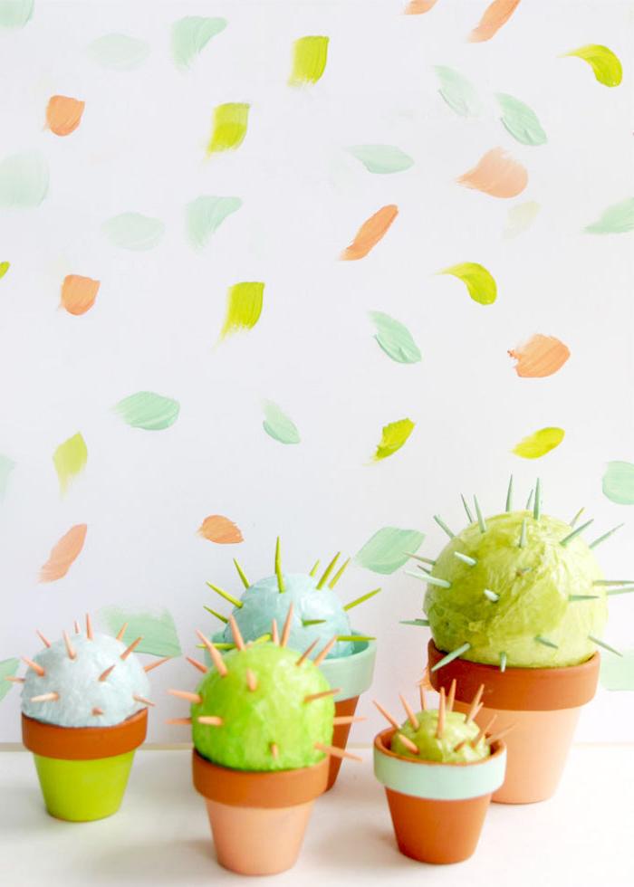 idée bricolage amusant pour confectionner des mini-cactus décoratifs en boules de polystyrène et cure-dents