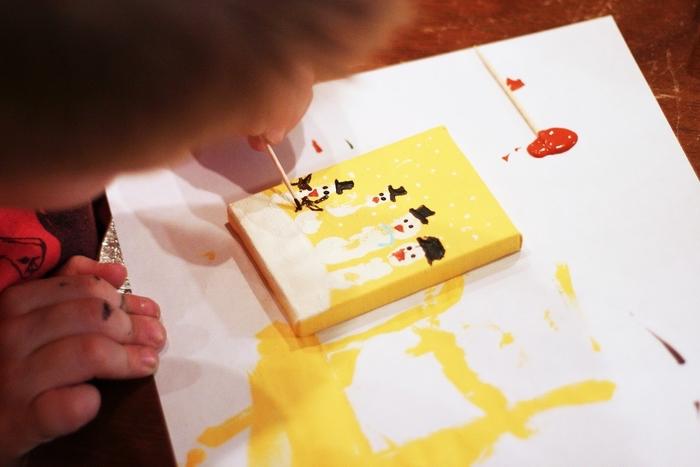 des dessins pendentifs originaux réalisés avec des empreintes de mains, idée originale pour un bricolage facile de noel