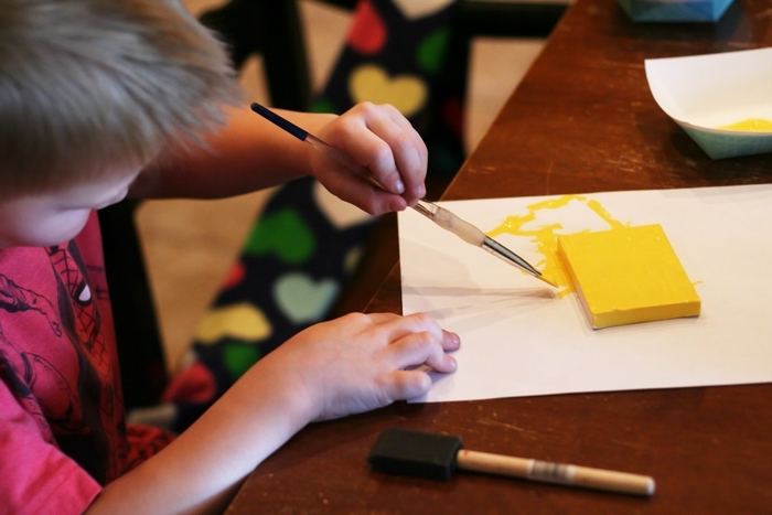 un bricolage facile d'un pendentif de noël grâce à la technique de peinture originale avec des empreintes de mains