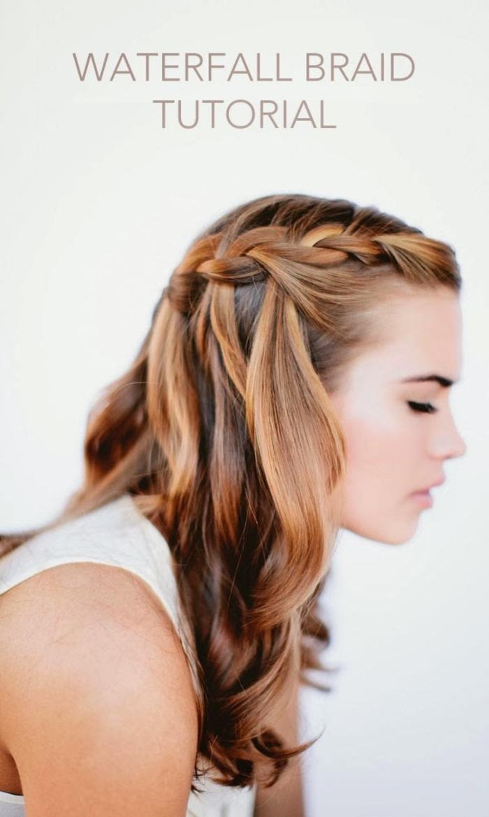 un tuto coiffure tresse cascade réalisée de côté pour sublimer une chevelure ondulée couleur cuivre