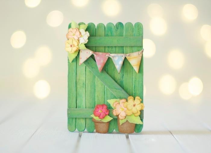 faire un album photo, étapes à suivre pour réaliser un album scrapbooking à la couverture en bois verte et fleurs en papier