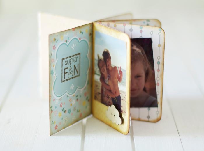 album photo scrapbooking, pages vieillis de l'album personnalisé décorées avec papier double à motifs flouraux et lettres