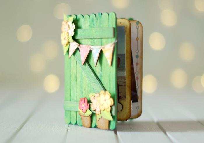 loisir creatif, comment faire un petit album photo, mini scrapbooking en couverture de bois vert et page vieillis