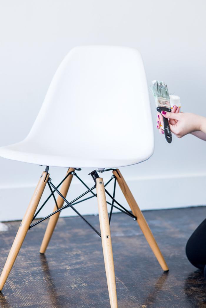 comment customiser un meuble vintage en pièce de mobilier tendance, chaise chinée rénovée au look futuriste et à effet holographique