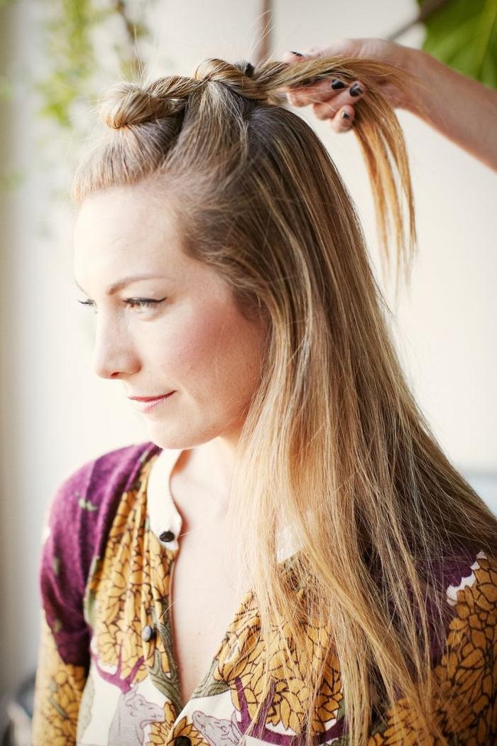 idée originale pour une coiffure cheveux longs au look bien élaboré avec une succession de chignons macarons