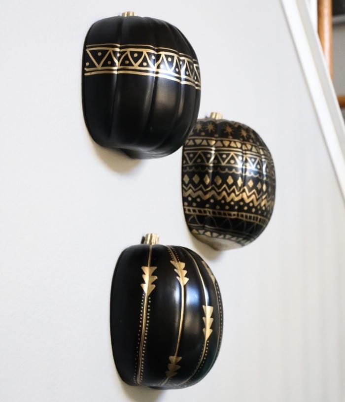 décoration murale d'intérieur pour halloween, citrouille en polystyrène peinte noire avec décoration à motifs ethniques dorés