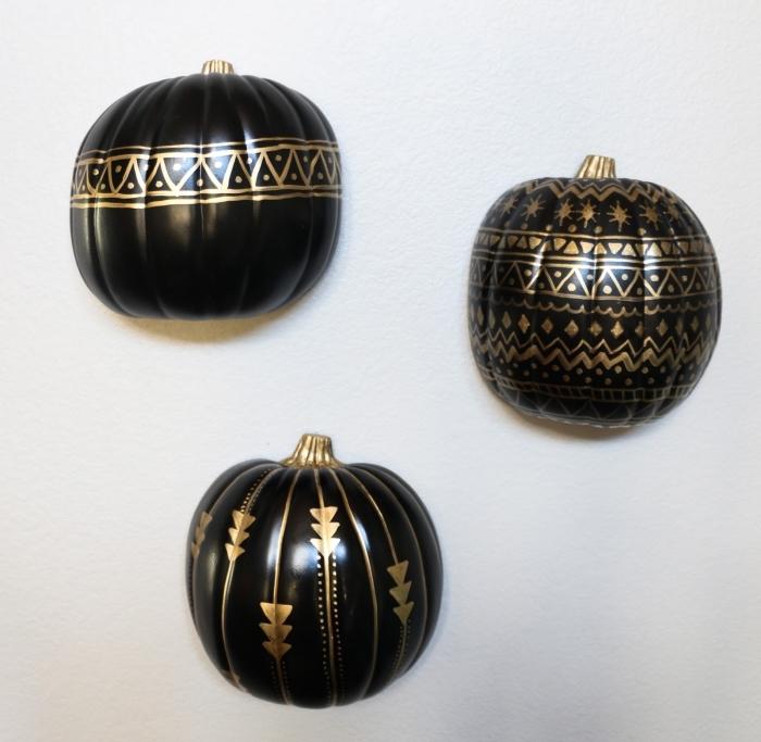 citrouille halloween, activité manuelle facile pour halloween avec citrouille en polystyrène peinte noire aux motifs dorés