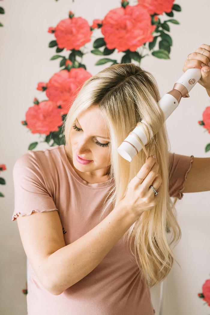 une coiffure simple cheveux mi long et longs avec chignon haut perché version floue pour un joli effet de volume