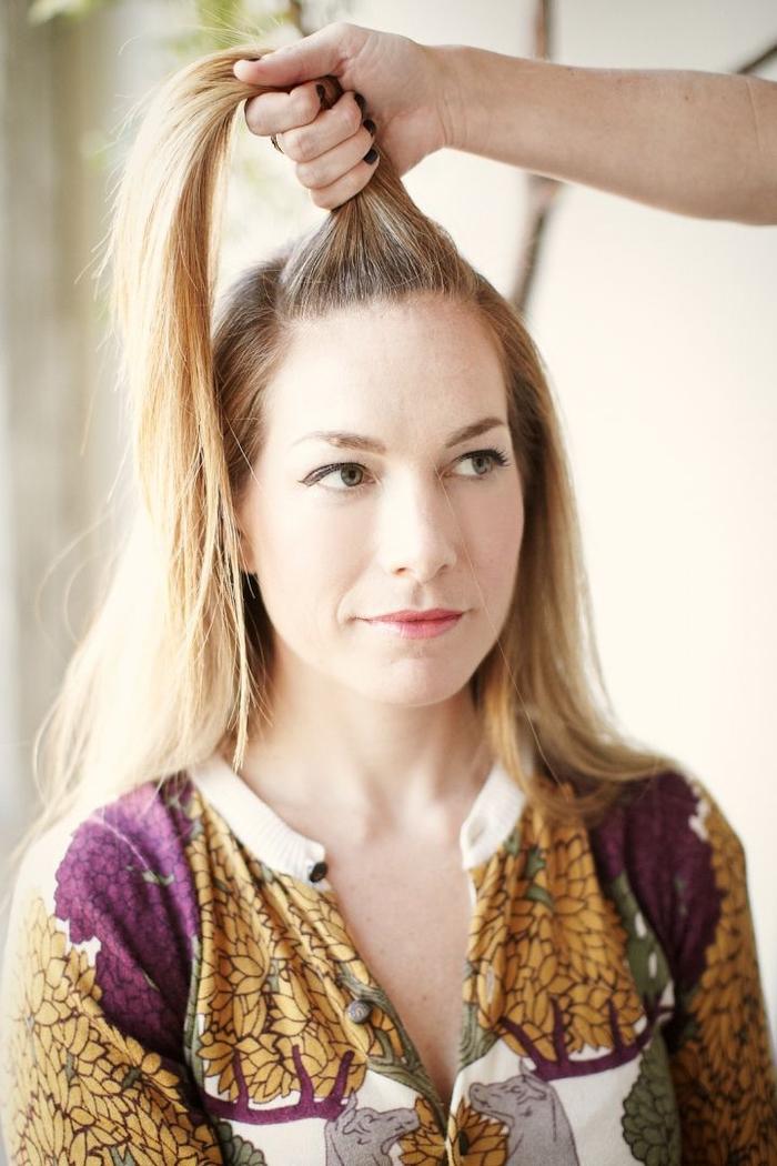 idée pour une coiffure cheveux longs et mi-longs qui s adapte aux styles différents avec ces petits chignons macarons sur le haut et le derrière de la tête
