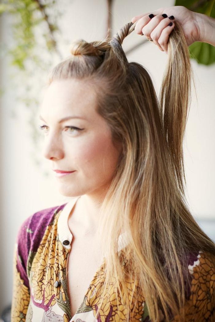 idée pour une coiffure cheveux attachés qui s adapte aux styles différents avec ces petits chignons torsadés réalisés sur le haut et le derrière de la tête
