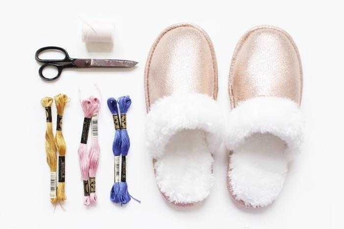 idée géniale pour un tuto couture facile avec des fils de coton colorés, des pantoufles customisés avec des pompons