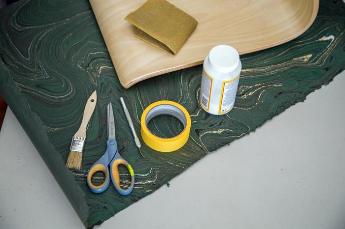 comment relooker des chaises en bois avec du papier marbré pour leur donner un aspect chic et moderne