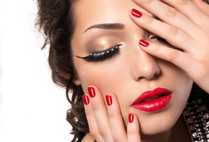 comment mettre du rouge a levre, maquillage aux lèvres rouges et fards à paupières marron