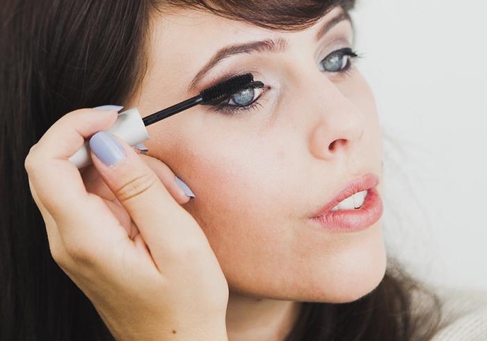 comment se maquiller, femme aux cheveux marron, maquillage des yeux smoky au mascara noir et lèvres rose