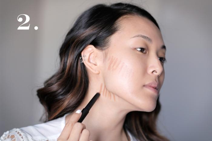 contouring facile, femme aux cheveux noirs avec mèches châtain foncé, maquillage contouring technique pour creuser les joues