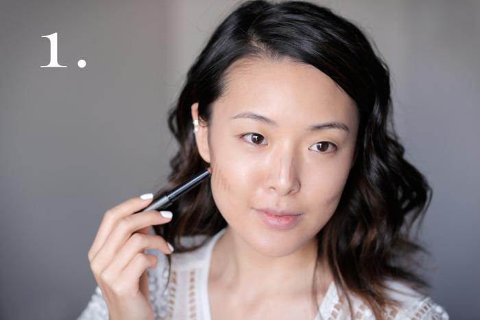 contouring maquillage, dessiner les lignes de fond de teint foncé pour creuser les défauts visage, femme aux cheveux marron foncé