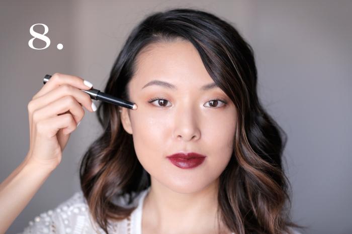 comment maquiller ses yeux, technique contouring visage femme, rouge à lèvres bordeaux matte et yeux marron