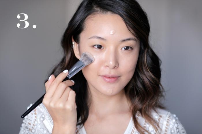 produit contouring, appliquer le fond de teint avec brosse, technique maquillage visage féminin avec base et concealer