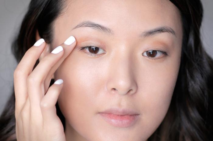 comment maquiller ses yeux, étape à suivre pour maquiller ses yeux, contouring visage femme au fond de teint nude