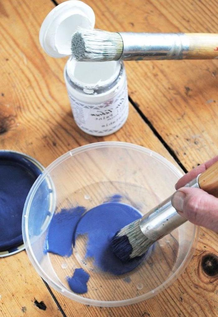 meuble relookée à motifs orientaux crées au pochoir, de jolies chaises repeintes en bleu, à effet ombré