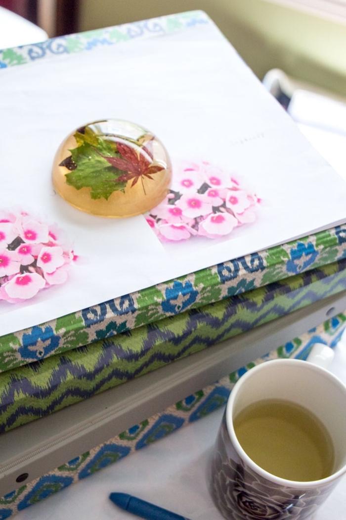 loisirs creatifs originaux avec de la résine, un presse-papier diy en résine avec des feuilles d'érable en inclusion