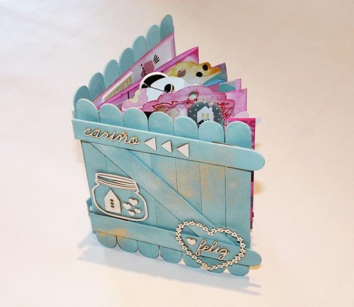 modèle d'album photo personnalisé à couverture diy en bois peint en bleu clair et embellissements coeurs