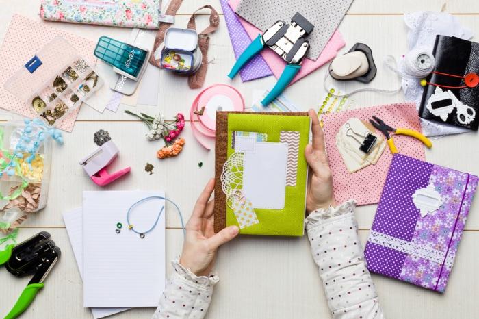 exemple scrapbooking, matériaux pour faire un album personnalisé à couverture bois et vert, activité manuelle pour femme