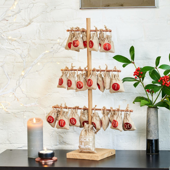 un arbre de noel original avec des petits sacs de jute et déco de noel magnifique