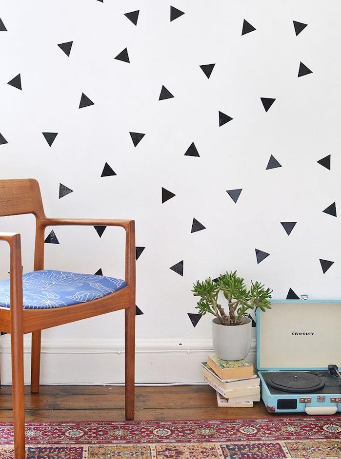 mur blanc décoré de triangles noirs e washi tape, idée comment décorer sa chambre soi meme, tapis oriental, chaise bois