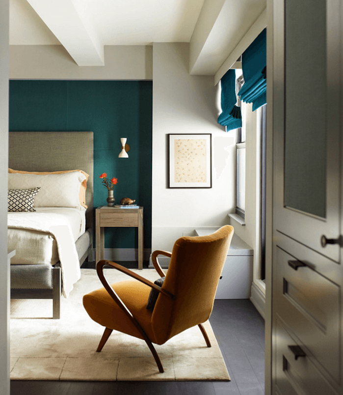 idee deco chambre adulte bleu canard et pétrole, tapis blanc cassé, lit gris, linge de lit blanc, chaise jaune moutarde, mur de fond et stores bleus