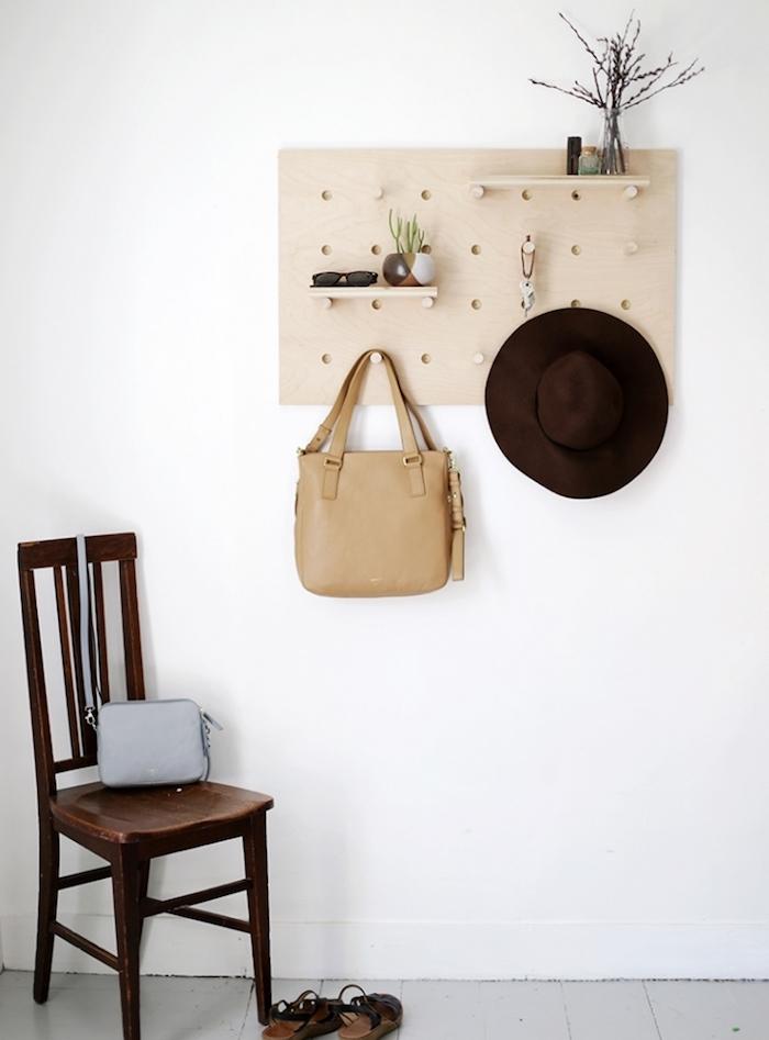 diy rangement pour votre chambre, panneau perforé en bois, ranger des accessoires, chapeau, sac a main, etagere avec des details decoratifs simples