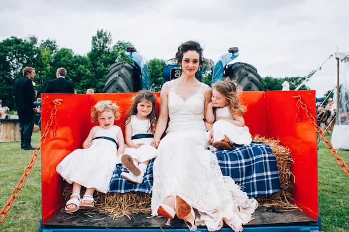 idée de photo mariage, remorque et tracteur, mariée en robe champetre et filles d honneur sur des meules de foin, mariage champêtre