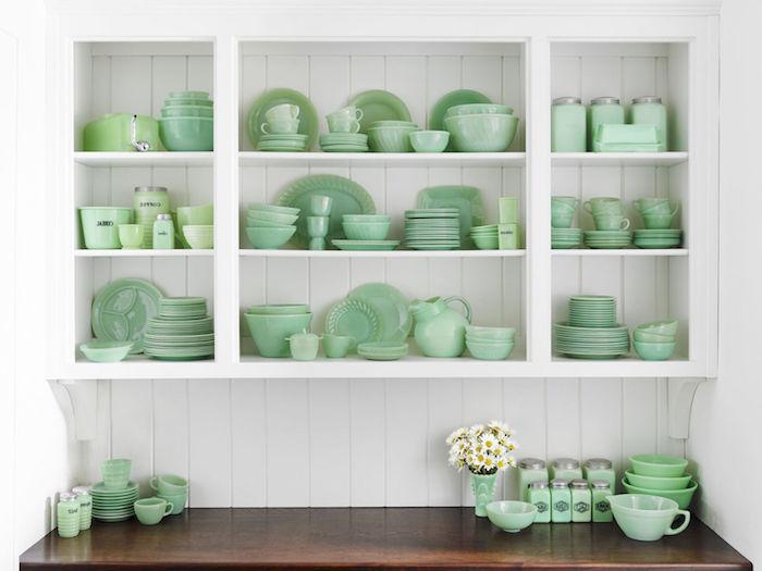vaisselle vintage en céladon couleur, étagère blanche surchargée de vaisselle en vert pastel, plan de travail en bois marron