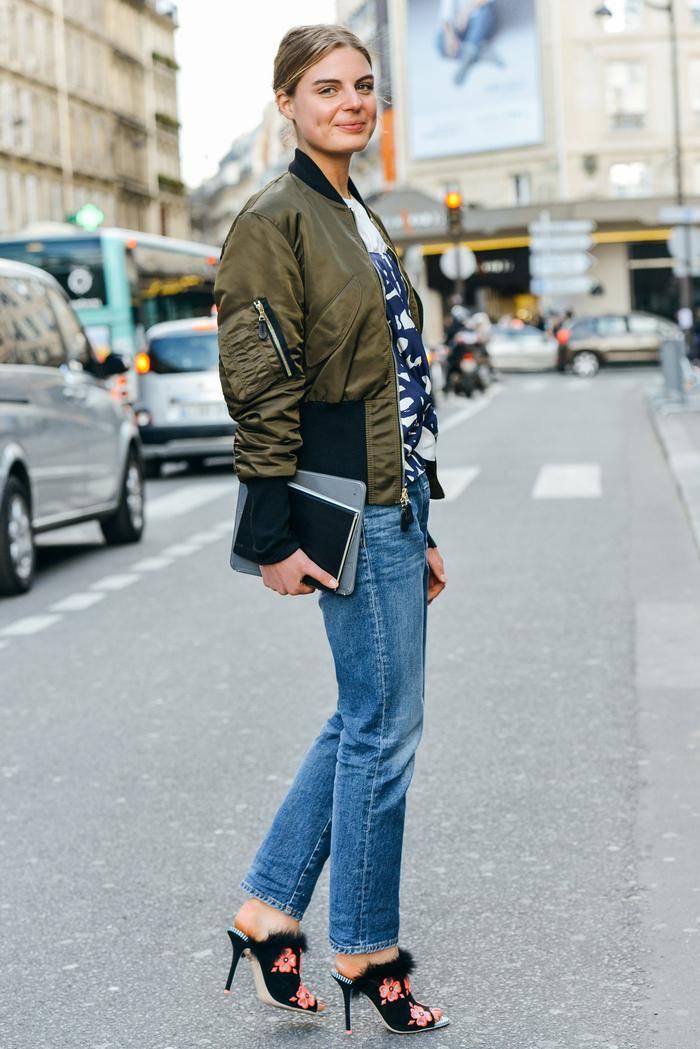 retour aux années nineties avec une paire de jean à coupe classique et une veste aviateur femme zippée