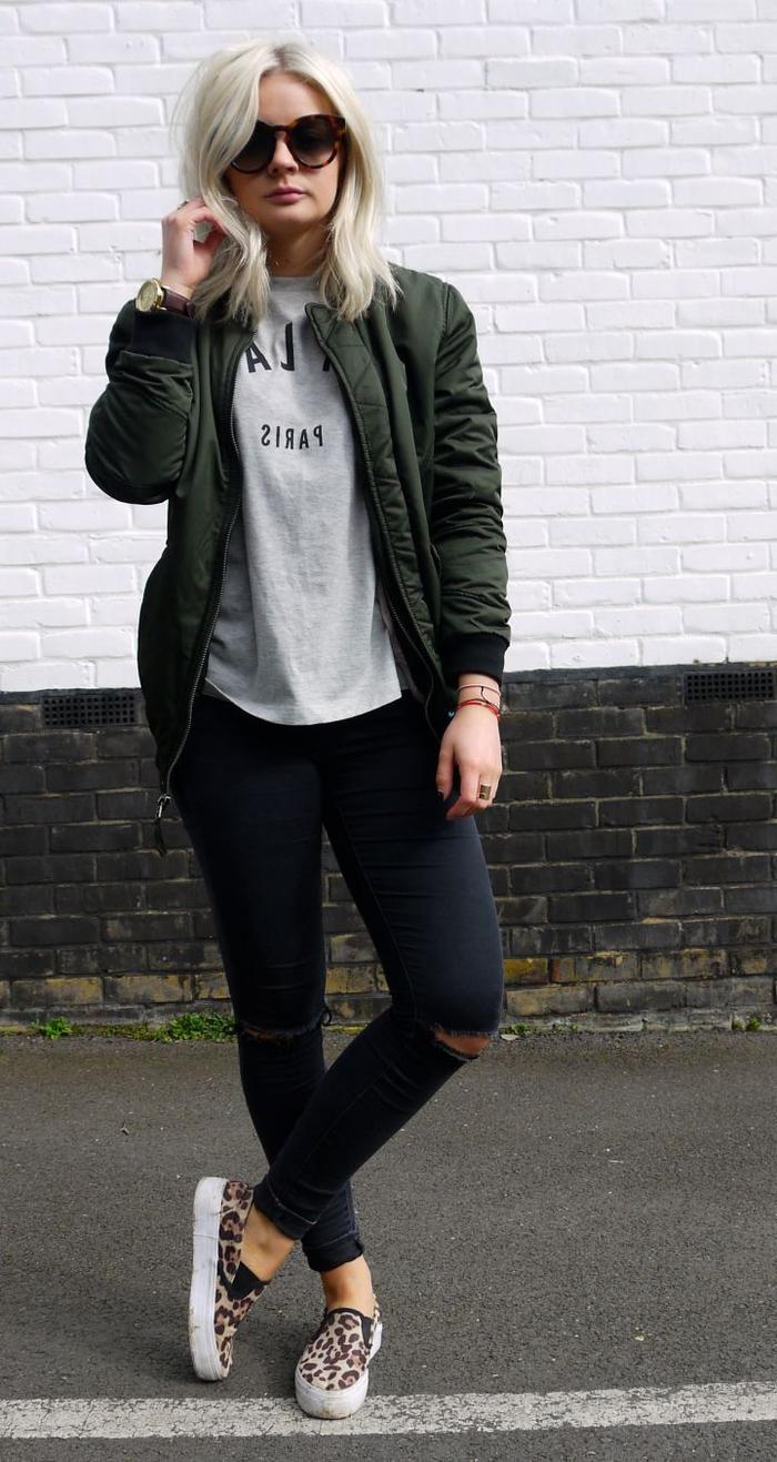 look décontractée pour une sortie en ville avec une veste aviateur femme, slim noir, t-sirt gris et des baskets à imprimé léopard