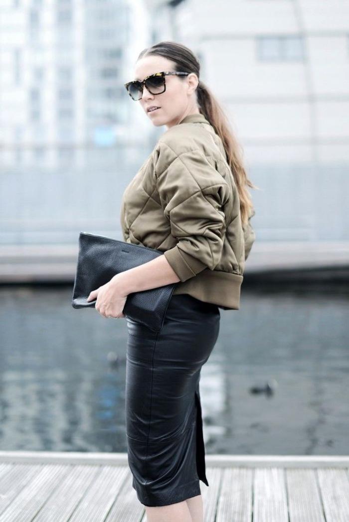 tenue chic et sophistiquée avec une veste aviateur femme capitonnée et une jupe crayon en cuir noir