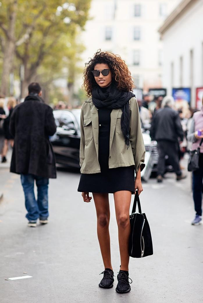 adopter le style militaire de façon chic et décontractée avec une veste kaki militaire femme, petite robe noire et des baskets noirs