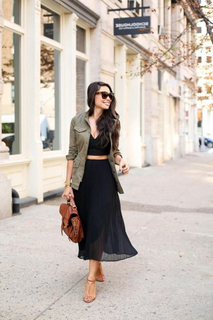 joli combo de jupe féérique noire, top crop noir et un blazer femme kaki