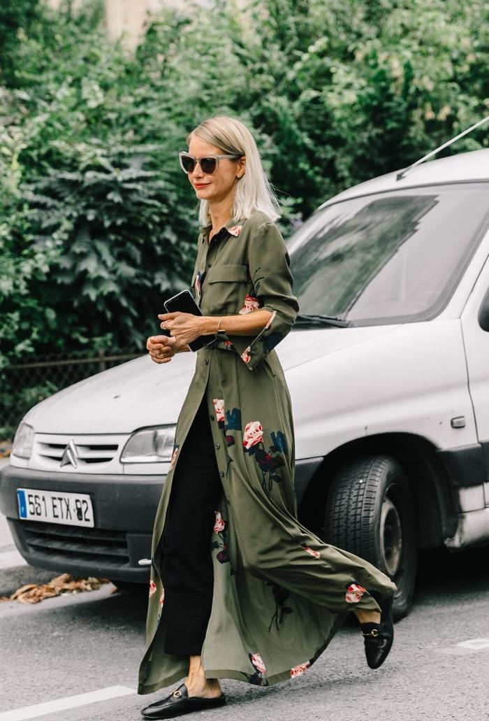 soyez au top des tendance avec un manteau kaki femme à broderies fleuries maxi longue assorti avec des mules en cuir et un pantalon noir long