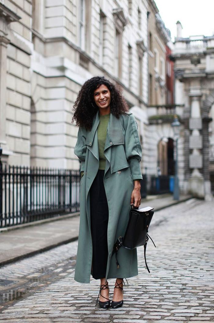 adopter la tendance militaire avec un manteau long et fluide couleur bleu vert associé à une blouse verte et une jupe longue noire