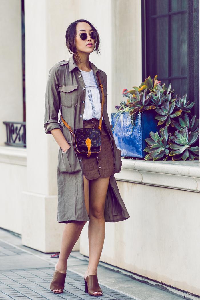 look stylé et chic en veste longue femme kaki combinée avec une jupe en daim et des mulles à haut talon