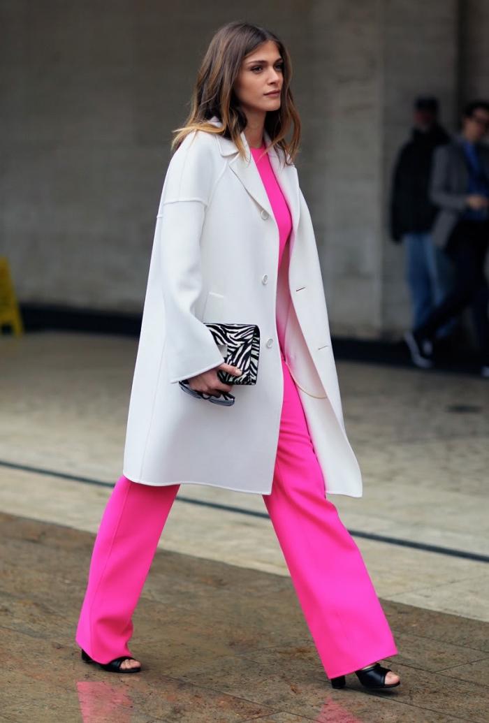 style vestimentaire femme, manteau long en gris clair avec pantalon et top rose bonbon, coupe de cheveux mi longs châtain foncé