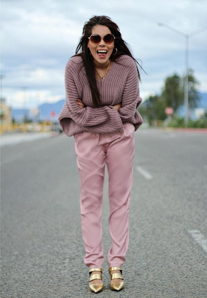 tendance chaussure, pull rose poudré avec pantalon rose clair, look monochrome femme en nuances de rose avec chaussures dorées