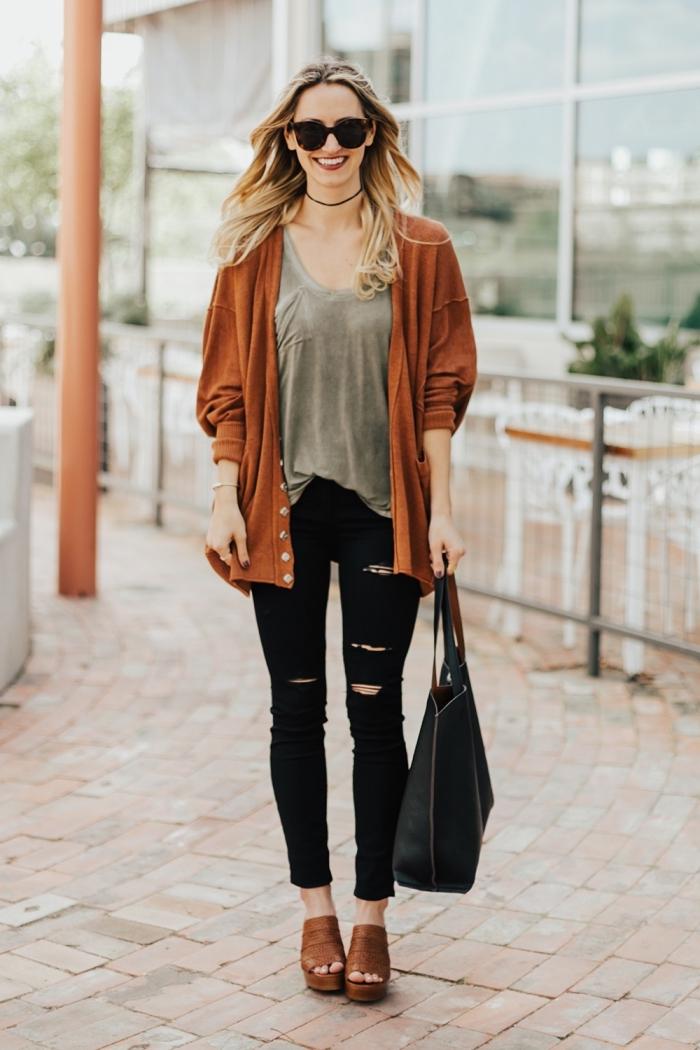 s'habiller en couleurs neutres, pantalon noir déchiré avec blouse grise et gilet marron, accessoires noirs femme avec lunettes de soleil et sac à main noirs
