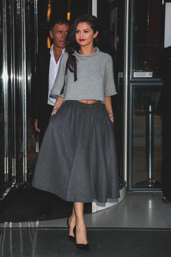 comment s habiller bien en gris, look monochrome Selena Gomez avec jupe gris foncé et pull gris clair
